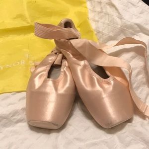 Gaynor Minden pointe shoes lightly used